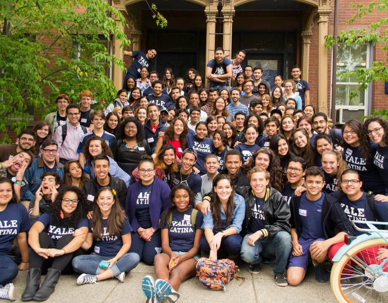 A large, diverse group of Latino and Latina students.